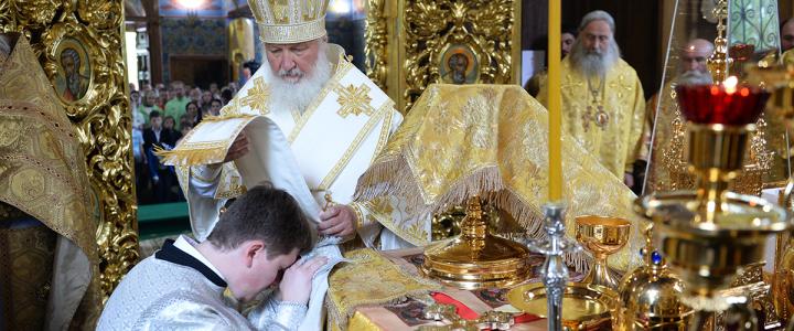 Святейший Патриарх Кирилл рукоположил диакона Андрея Матвеева, клирика храма Живоначальной Троицы в Карачарове, в сан иерея